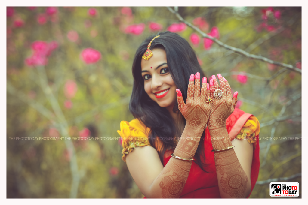 The mehndi not only adorns her hand,but even the pic too!!